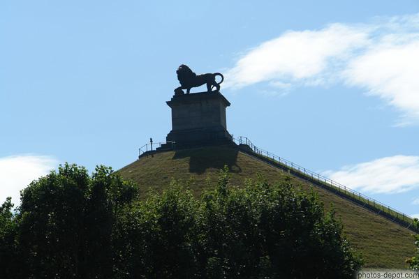 stèle sur le Mont Saint Jean