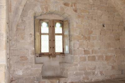 fenêtre avec deux banquette de pierre